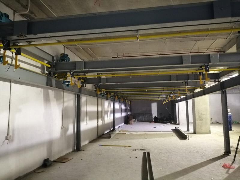 Tiến hành lắp cột cho hệ thống bãi đỗ xe thông minh